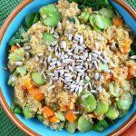 Komosa ryżowa z bobem, marchewkami i prażonym słonecznikiem - zdrowy i szybki wegański obiad na lato