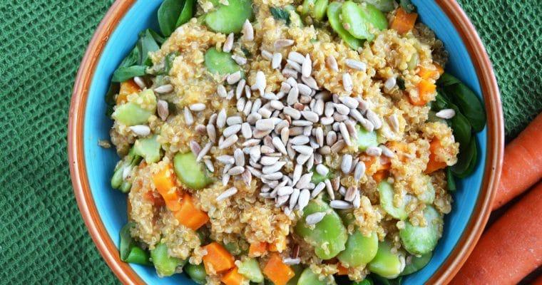 Komosa ryżowa z bobem, marchewkami i prażonym słonecznikiem – zdrowy i szybki wegański obiad na lato
