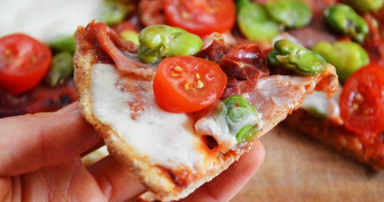 Idealna domowa pełnoziarnista pizza z bobem i mozzarellą