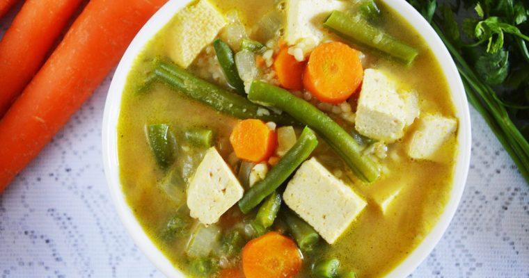 Orzechowa zupa z fasolką szparagową i tofu – wegańska i zdrowa