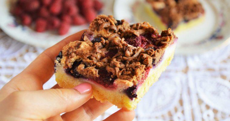 Kruche ciasto z pianką, malinami i borówkami – maślane, słodkie, kruche i pyszne