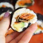 Wegańskie sushi z serkiem z nerkowców, łososiową marchewką i awokado - idealne wegańskie sushi