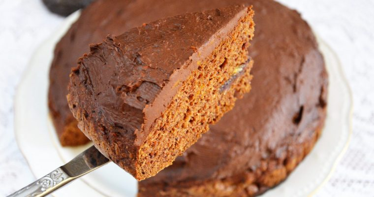 Korzenne wegańskie ciasto daktylowe z kremem dyniowo-czekoladowym – pięknie wyrośnięte, puszyste i bez cukru
