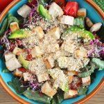 Najlepsza wegańska sałatka z tofu i wegańskim parmezanem - idealna na zdrową kolację
