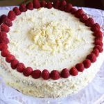 Delikatny słodki tort ze śmietanką i malinami - na pożegnanie lata