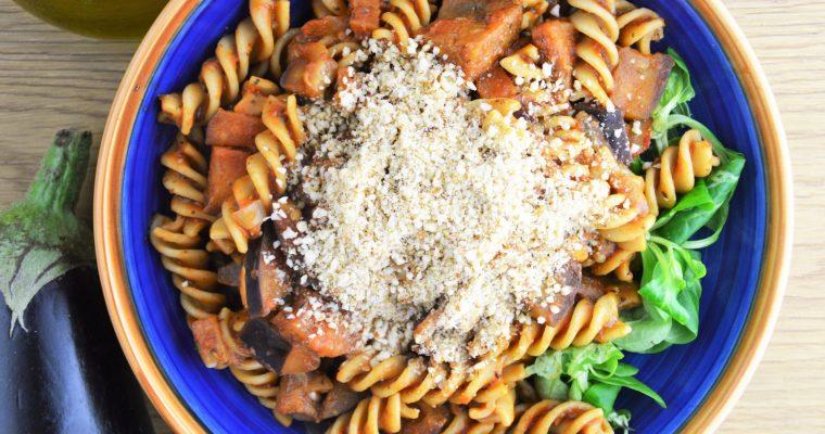 Wegańska pasta alla norma z parmezanem, czyli przepyszny sycylijski makaron z pomidorami i bakłażanem