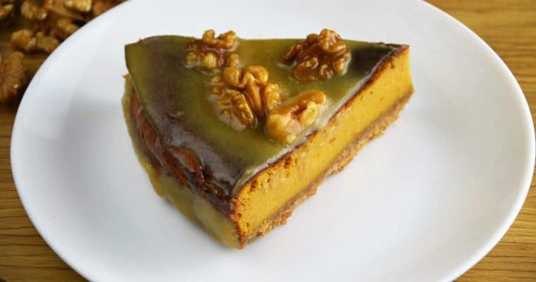 Idealny jesienny sernik dyniowy z polewą miodową i orzechami włoskimi