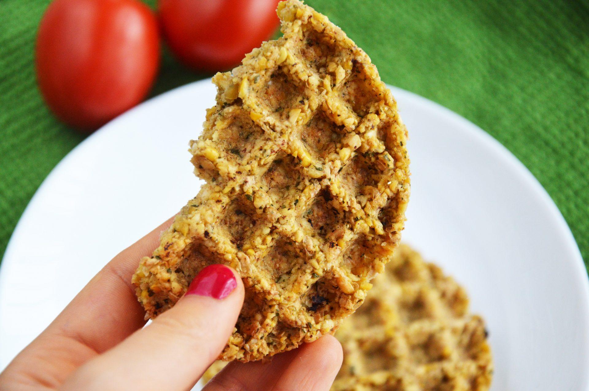 Najłatwiejszy fit falafel bez smażenia kawałek w dłoni