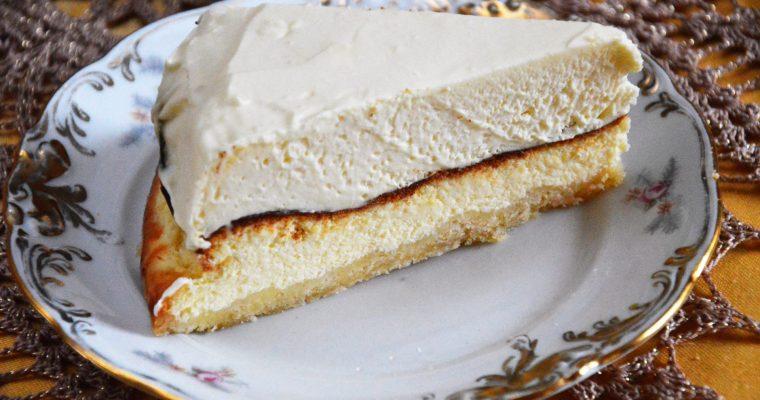 Sernik z musem z białej czekolady – najłatwiejszy sernik z pysznym słodkim kremowym musem