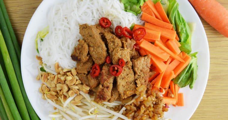 Wegański Bun bo Nam bo, czyli wietnamska sałatka na ciepło z makaronem ryżowym i sojowiną