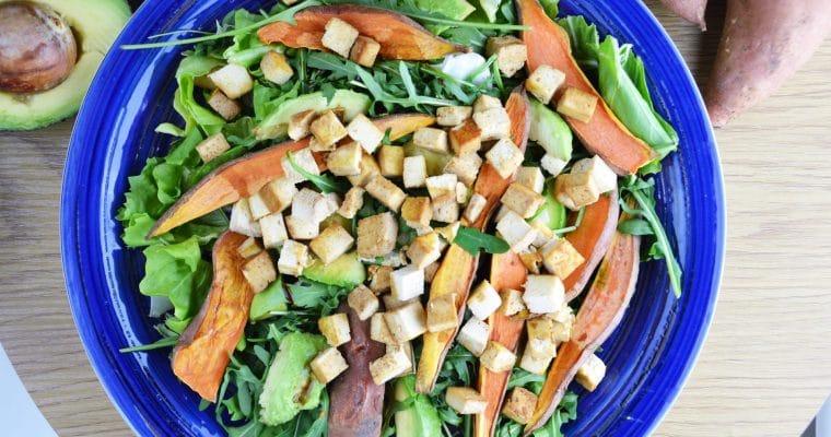 Sałatka z pieczonymi batatami, rukolą, hummusem i tofu – przepyszna wegańska sałatka na ciepło