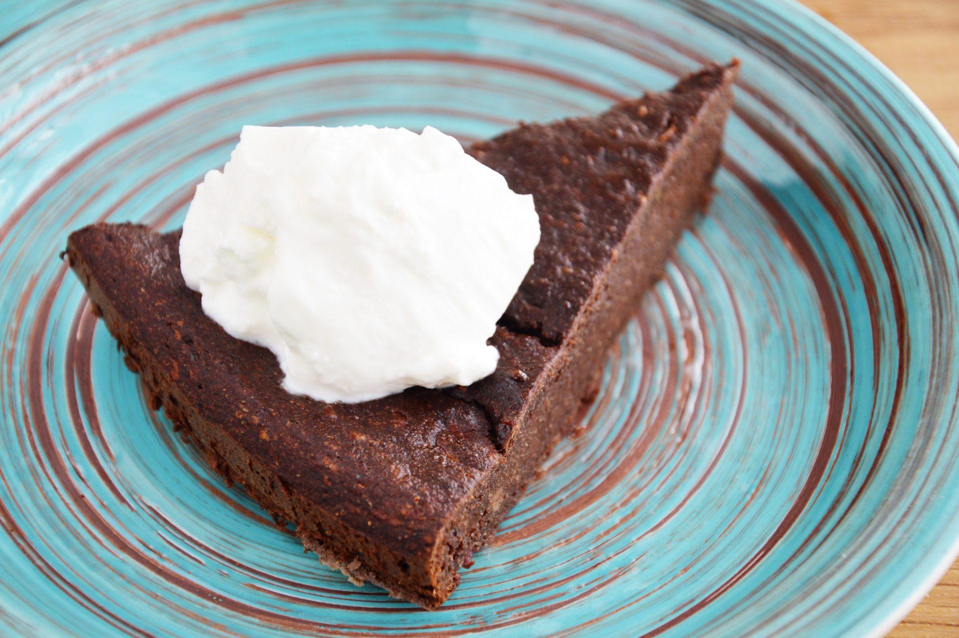 Brownie z cukinii podane z jogurtem