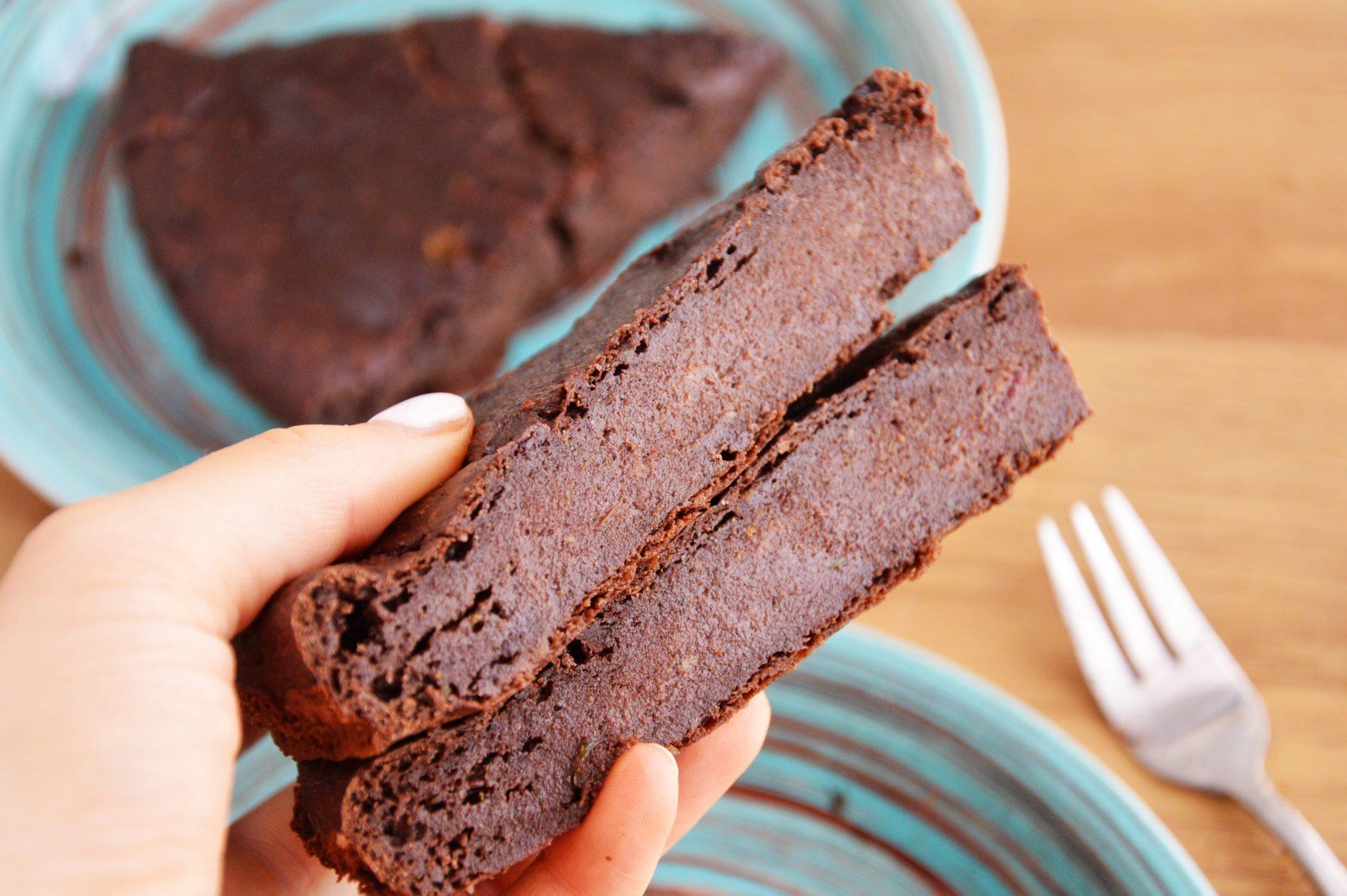 Dwa kawałki brownie z cukinii